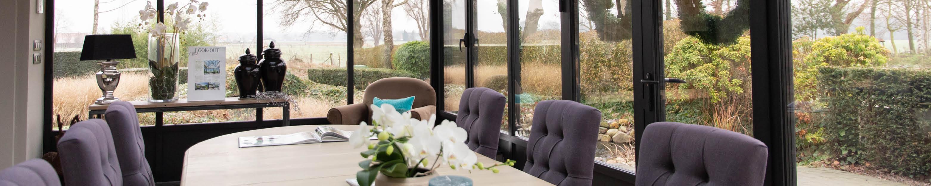 Veranda in glas met houten tafel