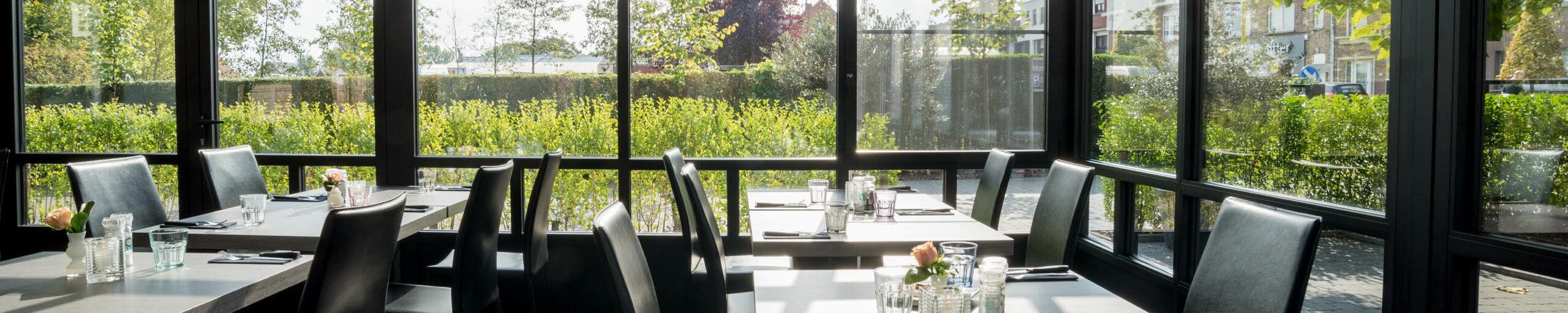 Horeca veranda met tafels in restaurant