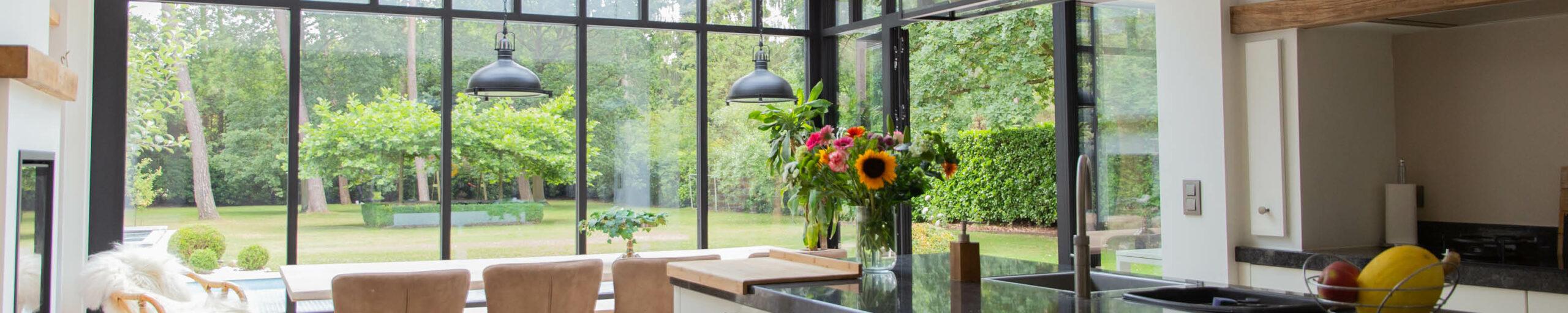 Leefkeuken met tafel en plant